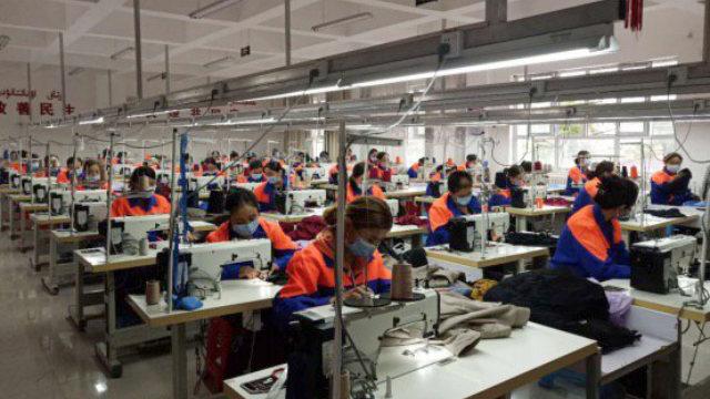新疆新源縣許多維吾爾婦女在工廠裡加工服裝