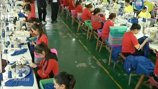 許多維吾爾族年輕人在工廠裡製作服裝